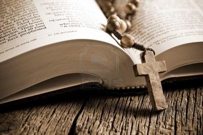 12501924-el-rosario-de-madera-en-la-biblia-abierta